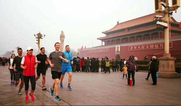 Zuckerberg corre in mezzo all'aria tossica di Pechino