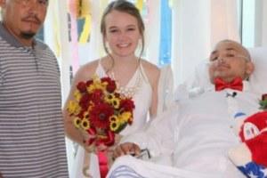 Quando questo giovane paziente malato di cancro si è svegliato dal coma, ha chiesto alla fidanzata di sposarlo (Video).