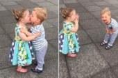 Questi due bambini appena condiviso il loro primo bacio non riescono a smettere di ridere.