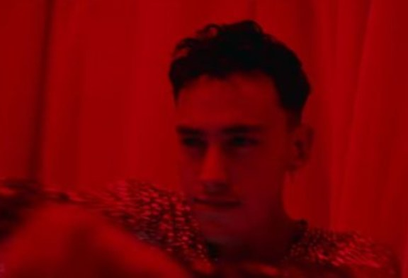 """Il frontman degli Years & Years """"Alexander"""" danza in tutto il video per Meteorite."""