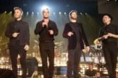 Robbie Williams si riunisce con i Take That per cantare uno dei loro successi.