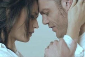 L'abbraccio come Conforto tra Tiziano Ferro e Carmen Consoli espresso nel video musicale.