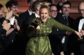 Adele spezza in due un Grammy per darne un pezzo a Beyoncé. Ormai ne ha già così tanti.
