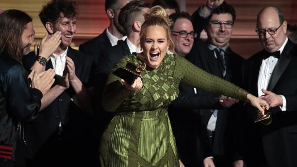 Adele ha detto di essere sposata durante un concerto