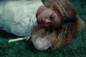 Beyoncé pubblica i video musicali per Love Drought e Sandcastles.
