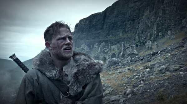 Charlie Hunnam 1000 flessioni al giorno ruolo di King Arthur