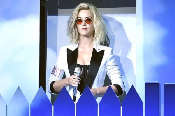 Katy Perry canta Chained To The Rhythm ai Grammy 2017