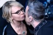 Maria De Filippi bacia Robbie Williams a Sanremo. Ecco la foto ed il video.
