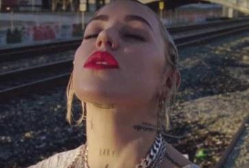 Guarda il video per Living Out Loud di Brooke Candy che balla insieme alle parrucche di Sia.