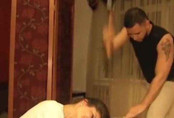 Questa donna russa si fa tagliare i capelli con un'ascia.