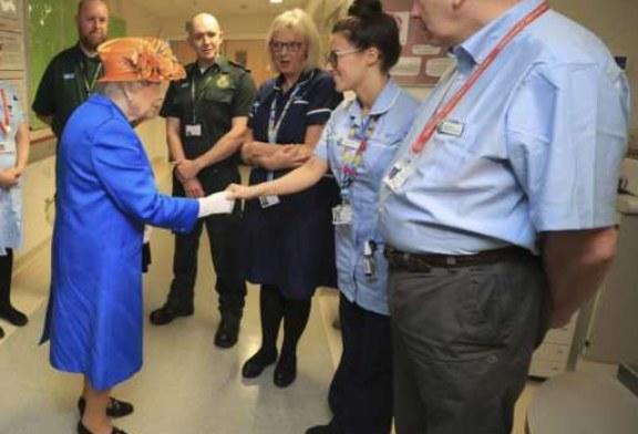 Manchester, la Regina Elisabetta ha visitato i bambini sopravvissuti all'attentato