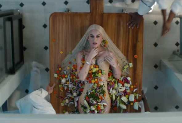 Shakira super sensuale nel video per Chantaje dove flirta ...