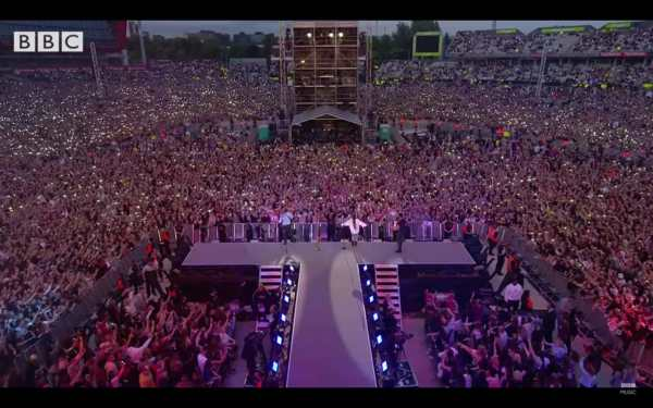 Manchester, Ariana Grande e i Coldplay in 'Don't look back in anger'