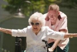 Macklemore nel video di Glorious fa un bel regalo alla nonna per il suo 100° compleanno. Il video è commovente, guardalo qui