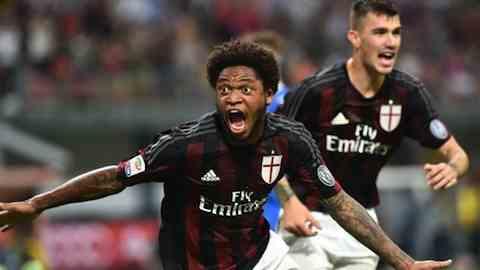 Luis Adriano esulta dopo il goal del 2 a 1 in Milan Empoli