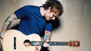 Foto con Ed Sheeran che suona la chitarra