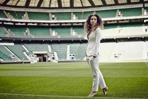 Ella Eyre in un campo da rugby