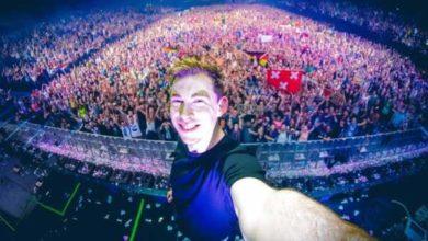 Hardwell si fa un selfie durante un dj set