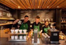 in questa foto è raffigurato il personale di Starbucks al lavoro