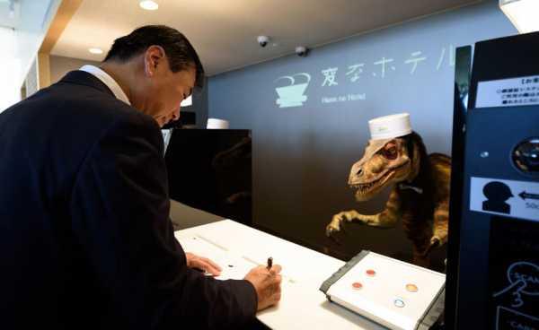 un hotel gestito dai robot, alla reception c'è un dinosauro