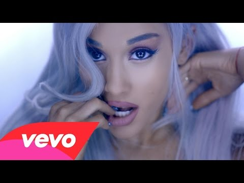 Ariana Grande Focus - Ariana Grande con i capelli bianchi nel video di Focus