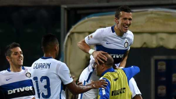 Giocatori dell'Inter: Perisic, Jovetic e Guarin esultano dopo un goal.