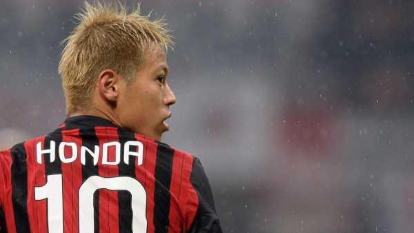 una foto di Honda con la maglia numero 10 del Milan.