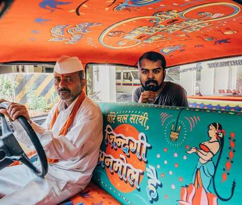 Ecco uno dei taxi colorati in India