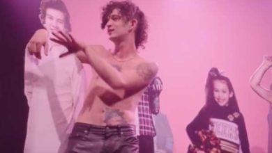 foto dal video musicale di Love Me dei The 1975 con il cartone di Harry Styles