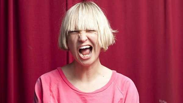 Sia in una foto del 2015 dove ha una shirt rosa