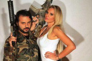 Francesca Brambilla sexy soldatessa in posa con un mitra