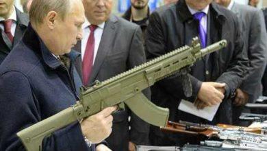 Vladimir Putin con un mitra