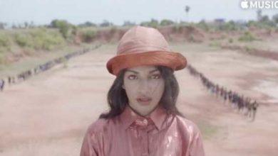 MIA vestita di rosa nel video musicale di Borders