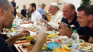 Papa Francesco mangia con i poveri di Firenze per dare esempio ai suoi vescovi