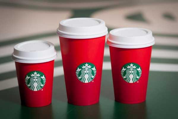 tazze natalizie Starbucks che hanno ricevuto forti critiche