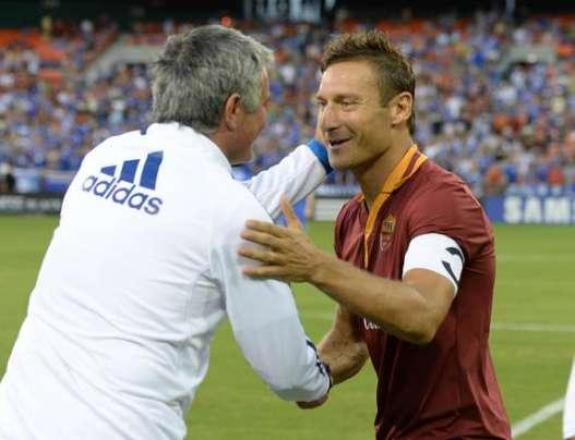 Mourinho in una foto con Totti