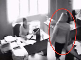 Un operaio salta dalla finestra dopo essere stato sgridato dal capo