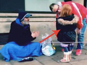 bambine aiutano un senzatetto