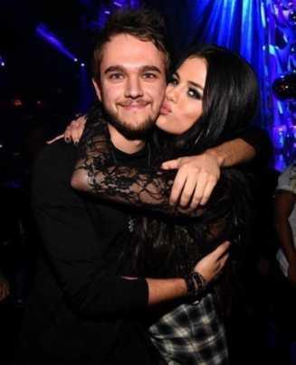Selena Gomez bacia Zedd