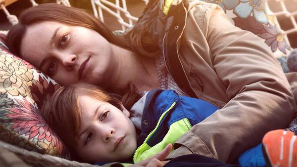 Room con Brie Larson che abbraccia Jack