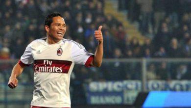 Carlos Bacca esulta con la maglia del Milan