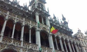 attentati bruxelles visti da un turista - Bandiera belga sventola su un edificio della Grand Place di Bruxelles