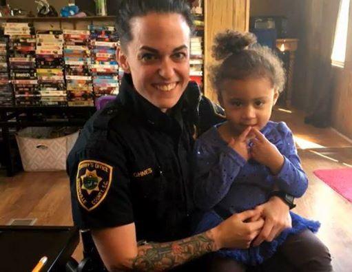 Bambina di 2 anni chiama la polizia per aiutarla a vestirsi,