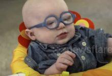 bambino cieco vede la mamma dopo 4 mesi dalla nascita
