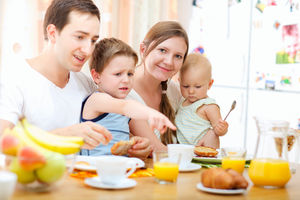 Cucinare con i bambini fa bene alla salute di tutta la famiglia.