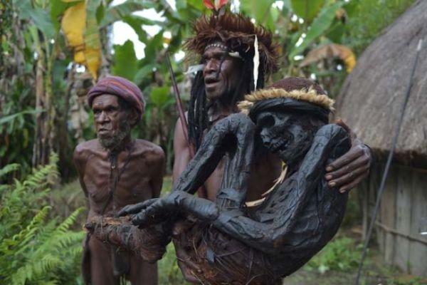 tribù Papua Nuova Guinea conserva i morti