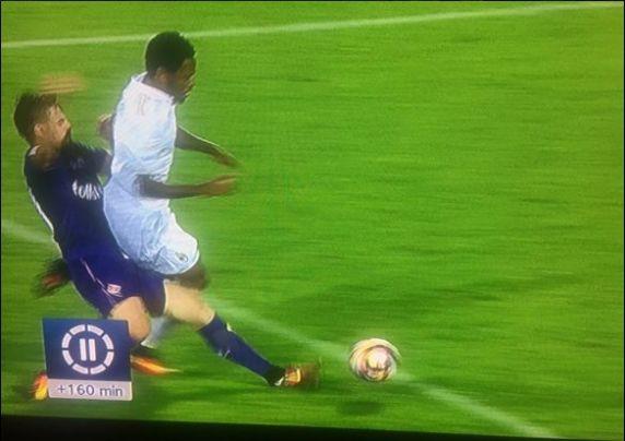 fallo di Tomovic su Adriano in Fiorentina Milan