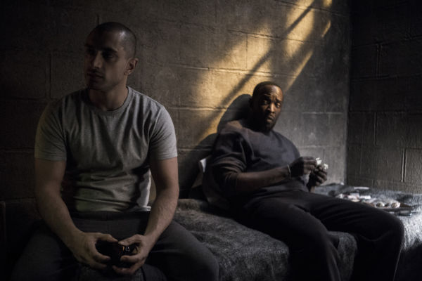 Riz Ahmed con Michael Kenneth Williams in The Night Of