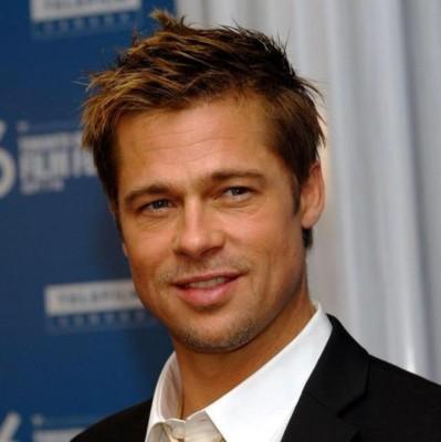 L'attore Brad Pitt in abiti eleganti.