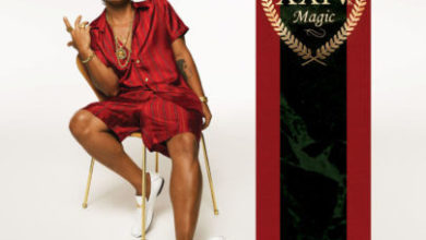 Bruno Mars nella cover di 24K Magic.